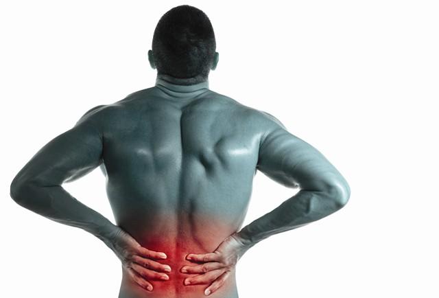 En man med ryggradsmärta i nedre delen av ryggen