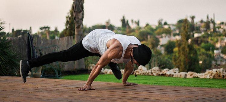 En man som motionerar för att förbättra sin hälsa