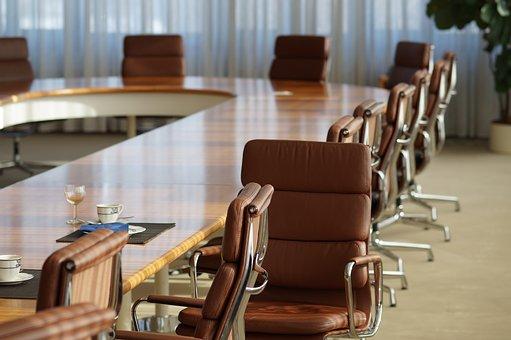 Brunt bord med matchande stolar i en lokal passande för konferens
