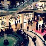 Människor som shoppar i olika butiker i ett köpcentrum