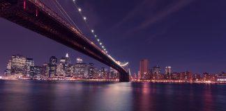 Vacker nattutsikt över en bro i USA