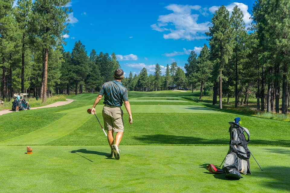 En person njuter av golfspel på en av Europas golfbanor