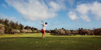 En person njuter av sitt golfspel under en weekendresa