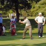 En grupp människor som njuter av golfspelande